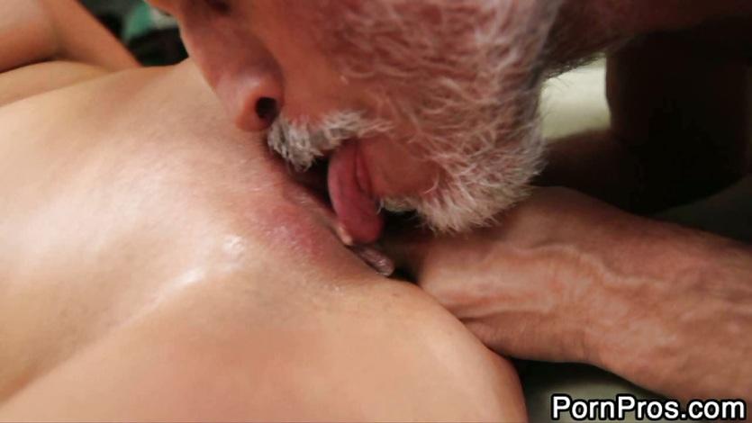 Порно дед лижет клитор